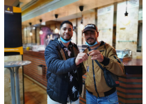 dos clientes satisfechos recibiendo sus llaves de su bar cafeteria